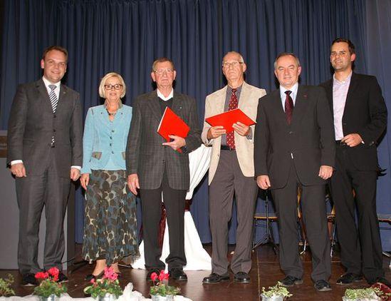 Friedrich Grimm und Peter Conze (Mitte) bei der Ehrung mit der Willy-Brandt Medallie